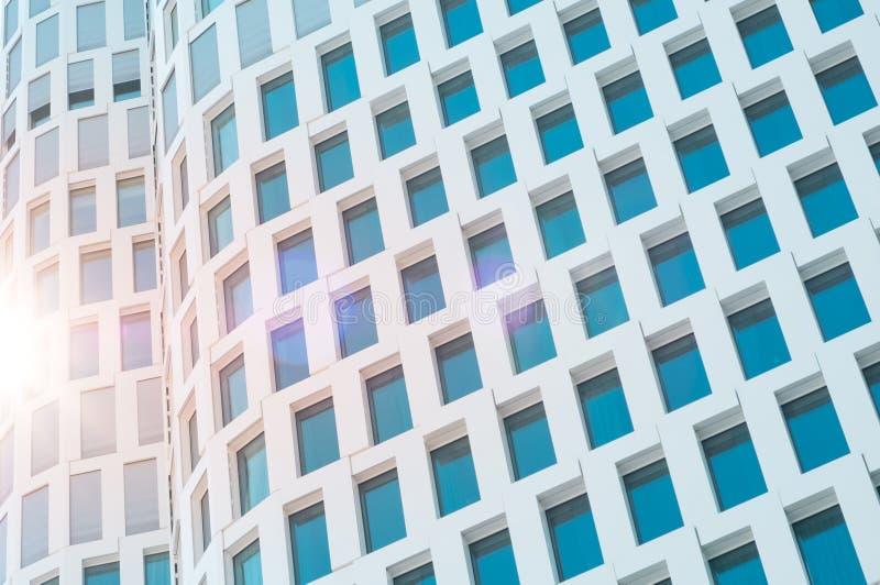 Фасад небоскреба с пирофакелом объектива солнечного света - экстерьером здания стоковые изображения rf