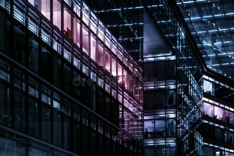 Фасад офисного здания на ноче - светах города стоковое фото rf