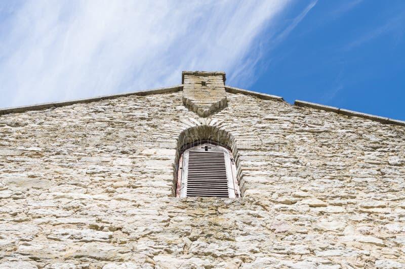 Фасад средневековой церков с окном и крест формируют стоковые фото