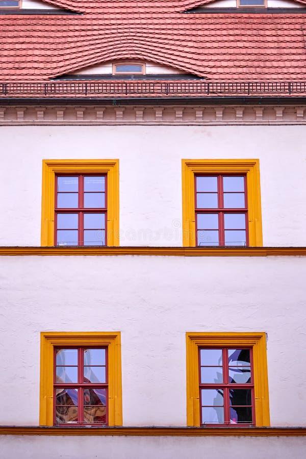 Фасад с 4 окнами обрамленными апельсином стоковые фотографии rf