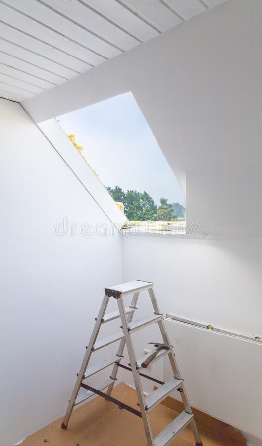 Фасад с преобразованными окнами чердака от внутренности стоковая фотография rf