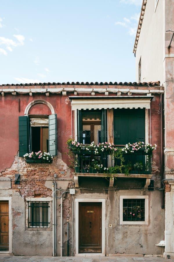 Фасад традиционного итальянского дома в Венеции стоковые фотографии rf