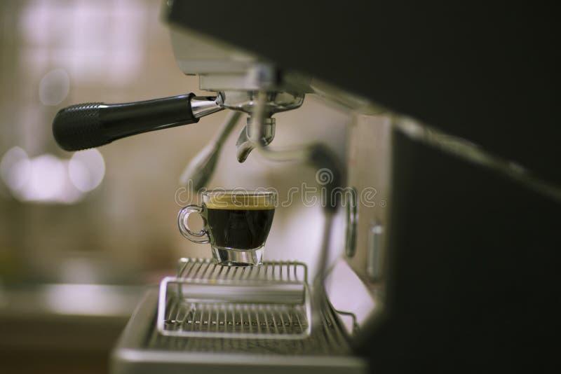 фасоли заварили выбор влияния кофе тортов экстренно свеже разбросанный печеньями Машина кофе в баре стоковые фото