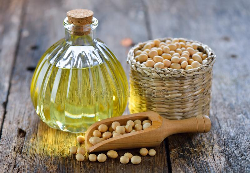 Фасоли и масло сои на деревянном стоковое фото rf