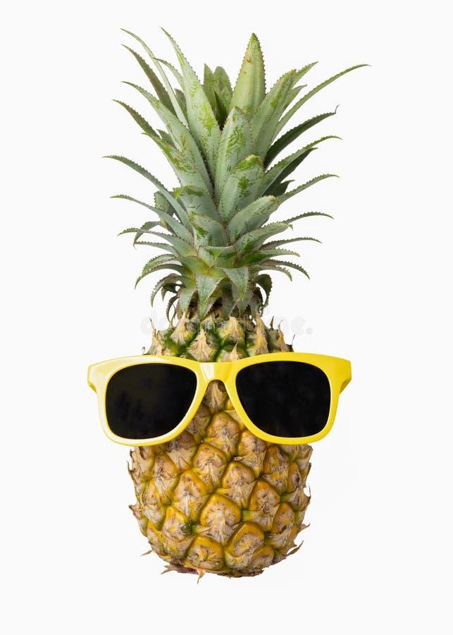 Фасонируйте ананас битника, яркий цвет лета, тропический плодоовощ с солнечными очками, творческую концепцию искусства, минимальн стоковые изображения rf