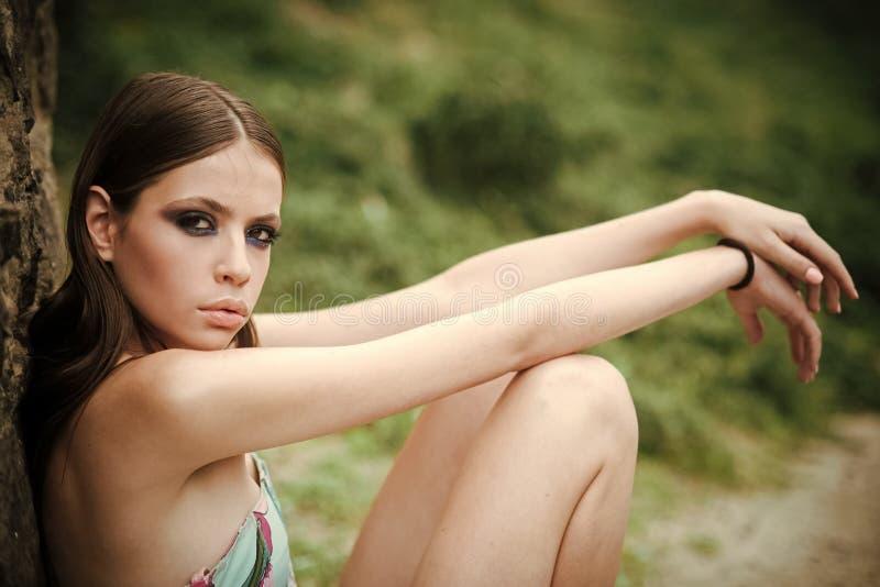Фасонируйте внешнее фото красивой молодой женщины с темными волосами и ярким составом стоковые изображения rf
