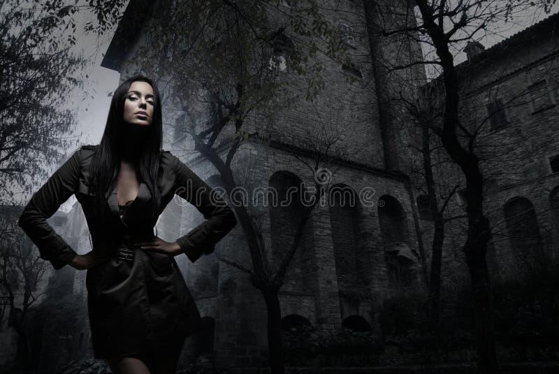 Фасонируйте всход молодого брюнет в темных одеждах стоковое изображение rf