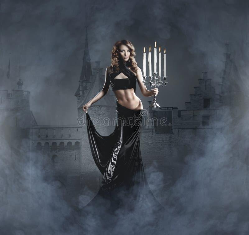 Фасонируйте всход молодой женщины в черном платье стоковая фотография rf