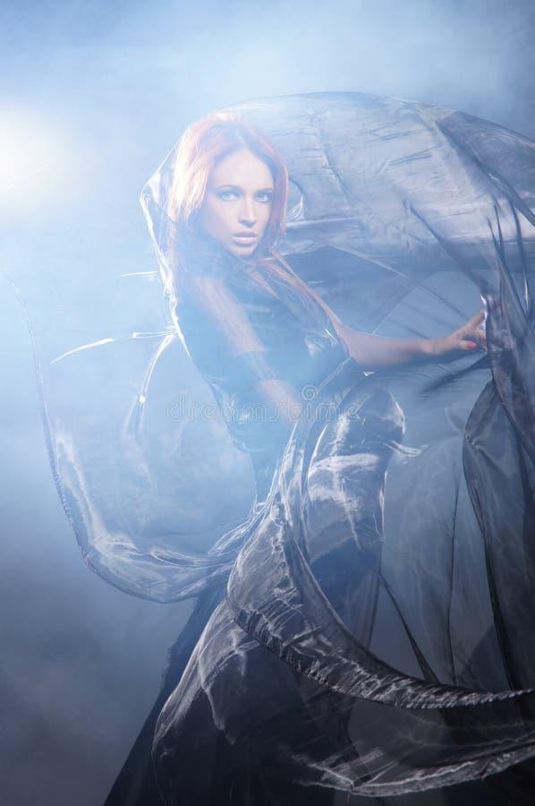 Фасонируйте всход молодой женщины redhead в платье стоковое изображение