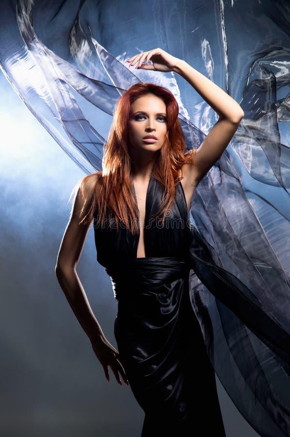 Фасонируйте всход молодой женщины redhead в платье стоковая фотография