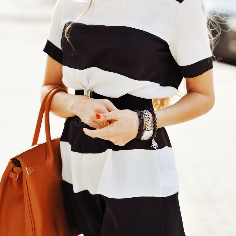 Фасонируйте всход белокурой женщины нося ювелирные изделия, и держа b стоковое изображение rf