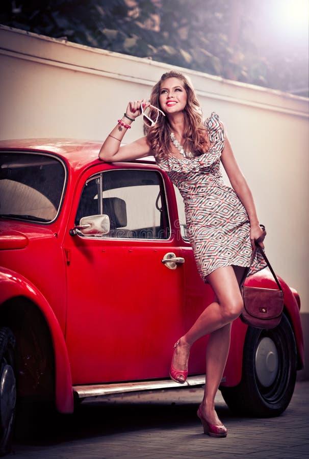 Фасонируйте городской портрет красивой модели на улице стоковая фотография rf