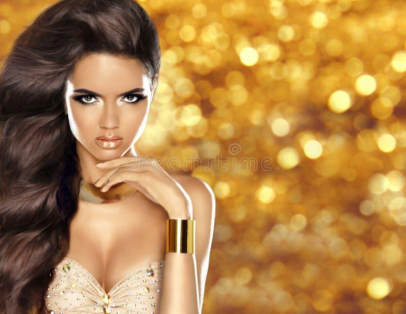 Фасонируйте девушку с длинным сияющим волнистых составом волос и красоты, роскошью стоковое изображение rf
