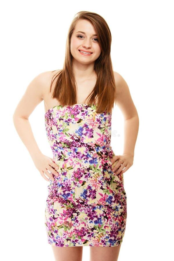 фасонируйте лето Девочка-подросток в флористическом изолированном платье стоковая фотография