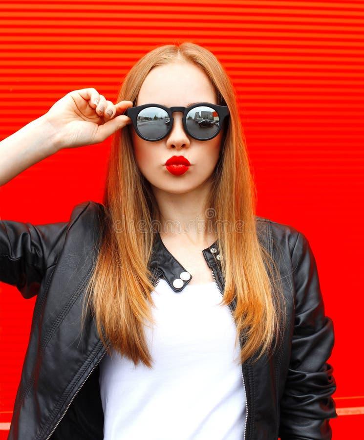 Фасонируйте женщине портрета довольно белокурой с красные губы стоковое изображение rf