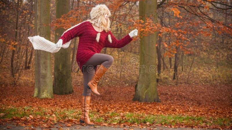 Фасонируйте женщину бежать в лесе парка осени падения стоковое изображение