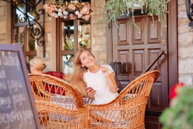 Фасонируйте женщину используя таблетку и сидящ таблицей стоковая фотография rf