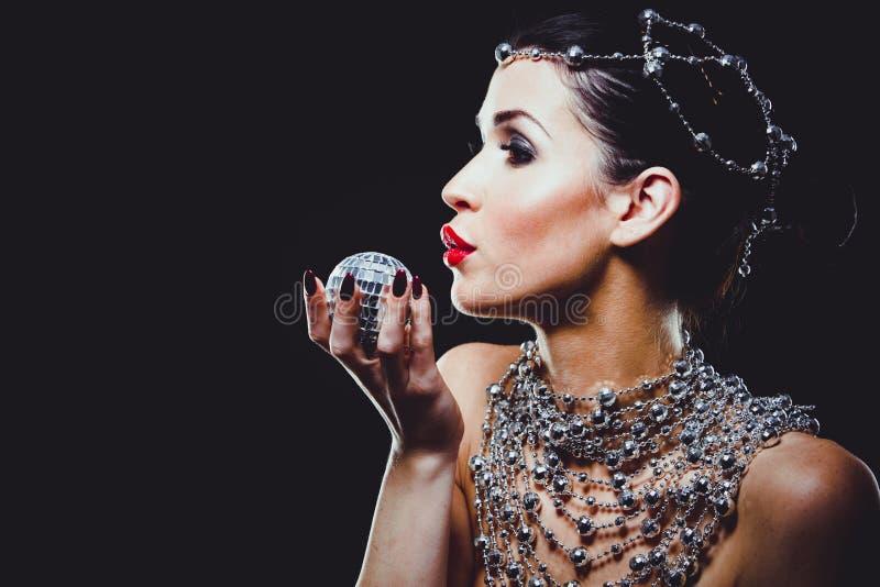 Фасонируйте женщину при совершенная кожа нося драматический состав стоковые фотографии rf