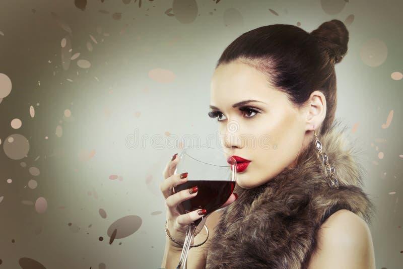 Download Фасонируйте женщину при совершенная кожа нося драматический состав Стоковое Изображение - изображение насчитывающей closeup, сделайте: 81808631