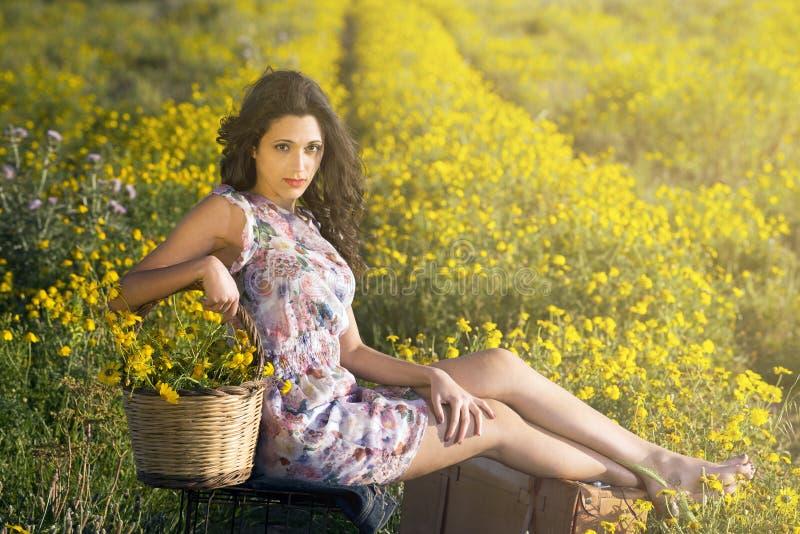 Фасонируйте женщину сидя в пристальном взгляде поля интенсивном стоковые фотографии rf