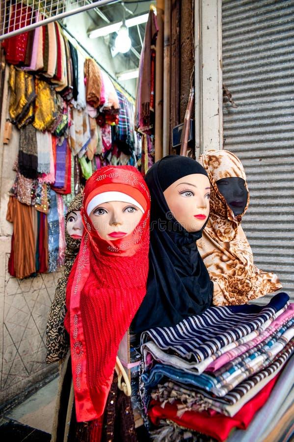 Фасонируйте диаграммы положения нося аксессуар головного платка в souk Дамаске Сирии стоковые изображения rf