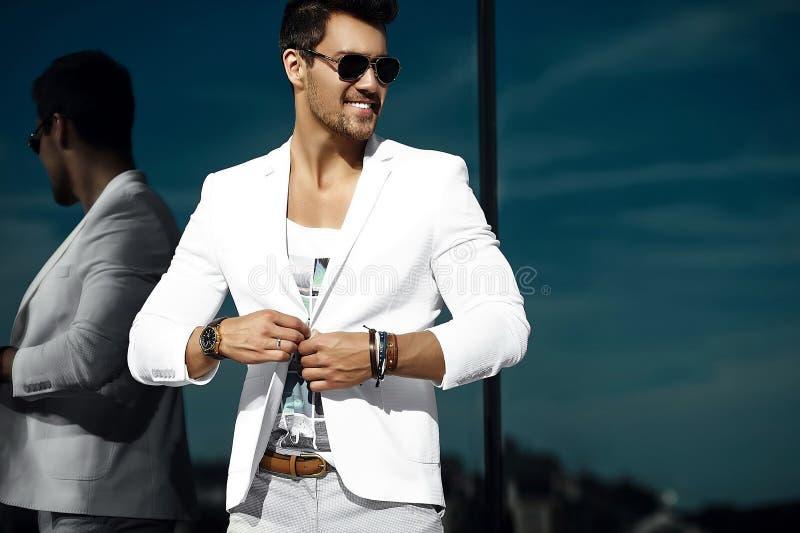 Фасонируйте красивого человека в костюме в улице стоковые фото