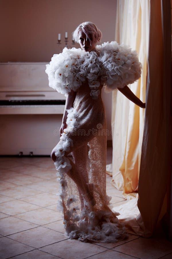 Фасонируйте красоте модельную девушку в белых розах, грандиозный интерьер Невеста Совершенные творческие составляют и стиль причё стоковые фотографии rf