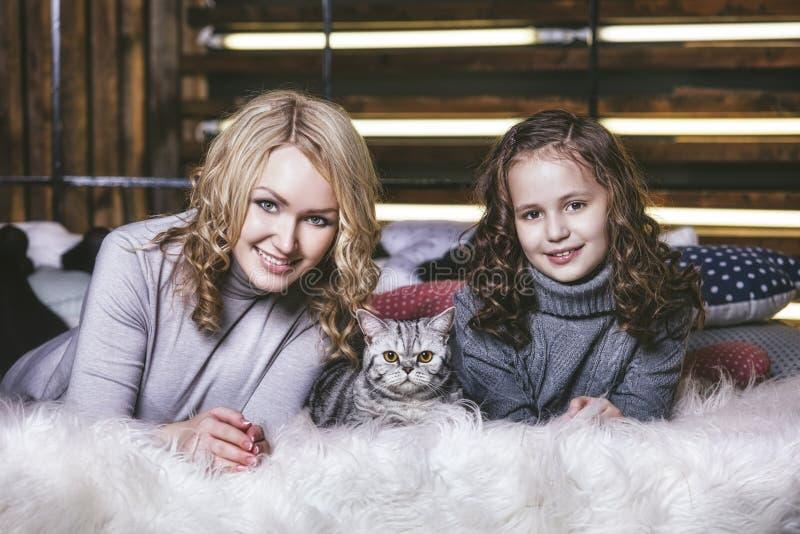 Фасонируйте милую маленькую девочку и красивую женщину с великобританским kitt стоковое фото rf