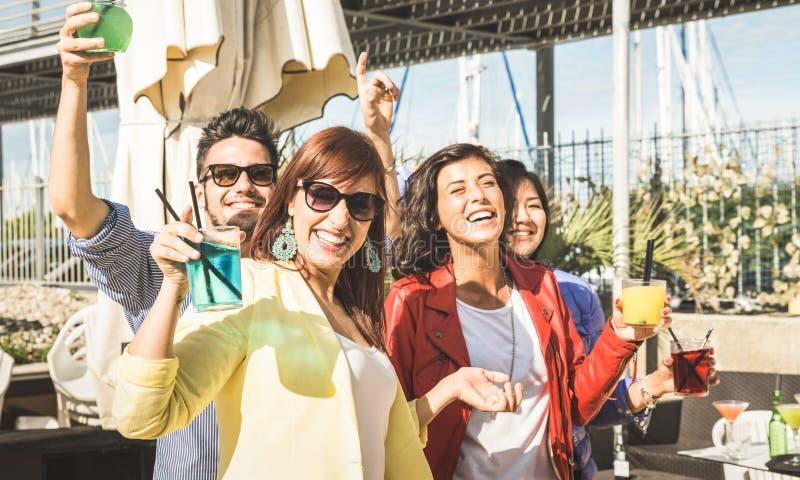 Фасонируйте музыку танцев людей и потеху иметь совместно на партии пляжа стоковая фотография