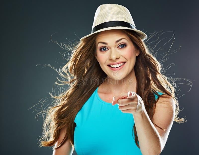 Фасонируйте портрету стиля молодых усмехаясь пунктов женщины палец a стоковое фото rf