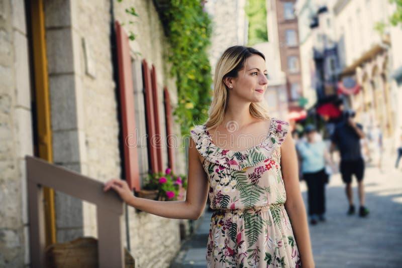 Фасонируйте портрет женщины девушки детенышей довольно ультрамодной представляя на улице Квебека (город) стоковые изображения rf