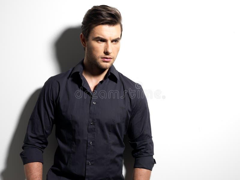 Фасонируйте портрет молодого человека в черной рубашке стоковые фотографии rf