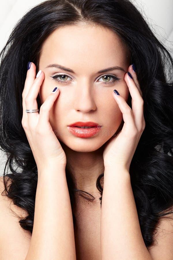 Фасонируйте портрет моды красивой женщины с стороной красоты и очищайте кожу стороны, состав очарования, зеленые глаза стоковые изображения rf