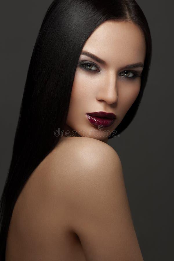 Фасонируйте портрет моды красивой женщины с стороной красоты стоковая фотография rf