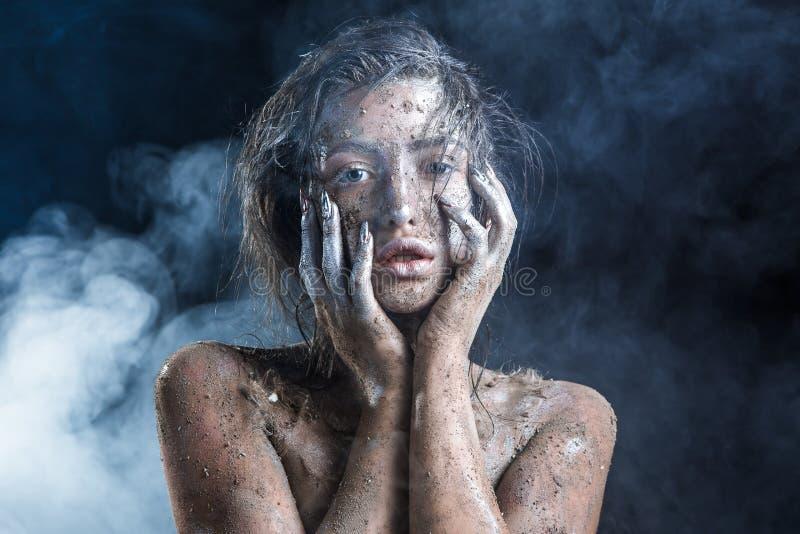 Фасонируйте портрет темнокожей девушки с составом серебряной фольги Сторона красотки стоковое фото