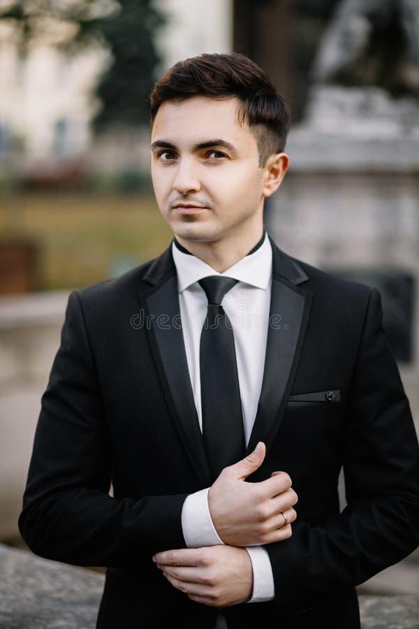 Фасонируйте портрет человека в черном костюме стоковая фотография