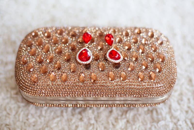 Фасонируйте серьги с красными драгоценностями рубинов и диаманты на золотом p стоковое фото