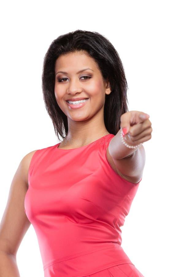 Фасонируйте смешанной гонке африканскую женщину в красном платье стоковые изображения