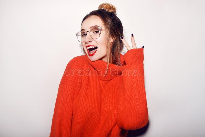 Фасонируйте стекла довольно холодной девушки нося и красный свитер Закройте вверх по съемке очаровывая женщины Нежный, красивый,  стоковое изображение
