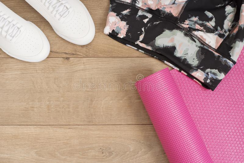 Фасонируйте ультрамодных тренеров и гетры, розовой циновки йоги Комплект битника Женские тапки, ботинки спорта в стиле положения  стоковые фотографии rf