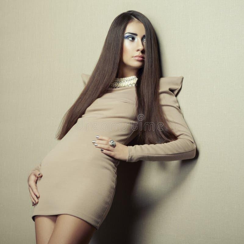 Фасонируйте фото молодой чувственной женщины в бежевом платье стоковые изображения rf