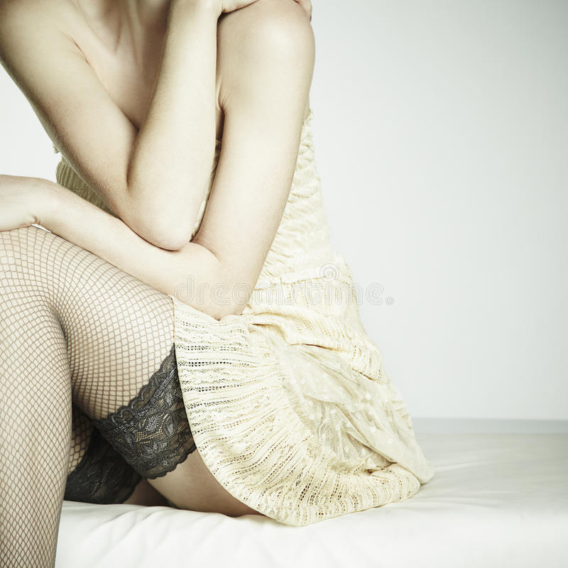 фасонируйте фото сексуальных сидя детенышей женщины софы стоковое изображение