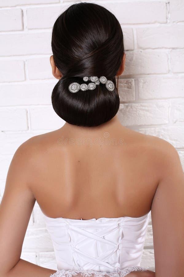 Фасонируйте фото студии элегантной невесты с роскошным стилем причёсок стоковое фото