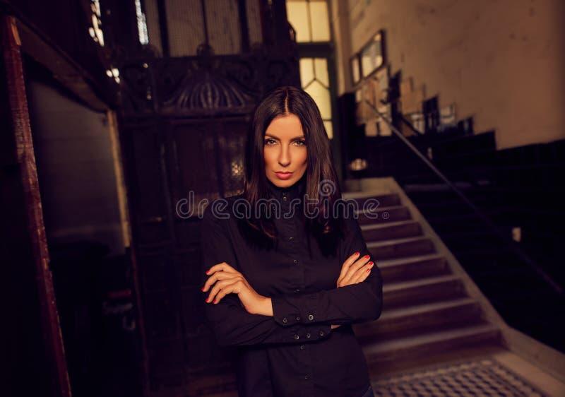 Фасонируйте фото ультрамодной женщины в черной рубашке стоковое изображение rf