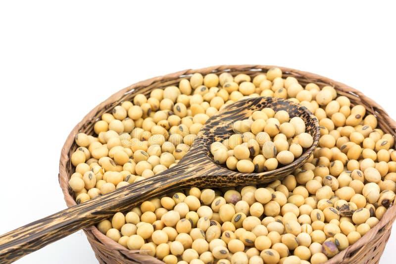 Фасоли сои в бамбуковой корзине на белой предпосылке стоковые фото