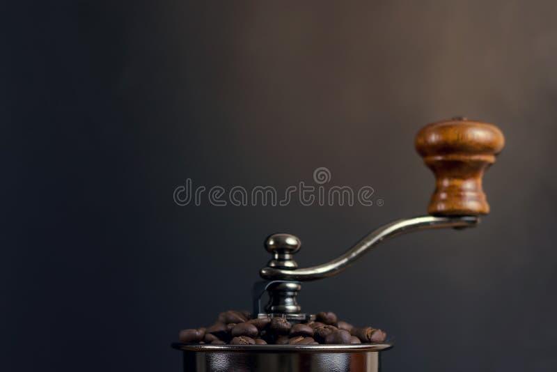 Фасоли coffe крупного плана в механизме настройки радиопеленгатора стоковое фото