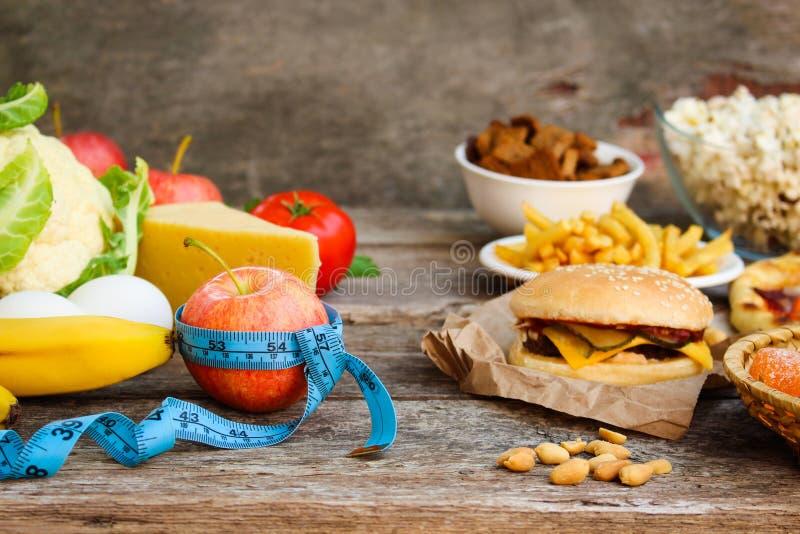 Фаст-фуд и здоровая еда Концепция выбирая правильное питание или еды старья стоковое фото rf