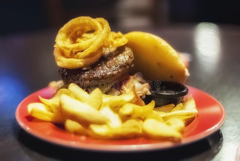 Фаст-фуд: разложенный бургер стоковая фотография rf