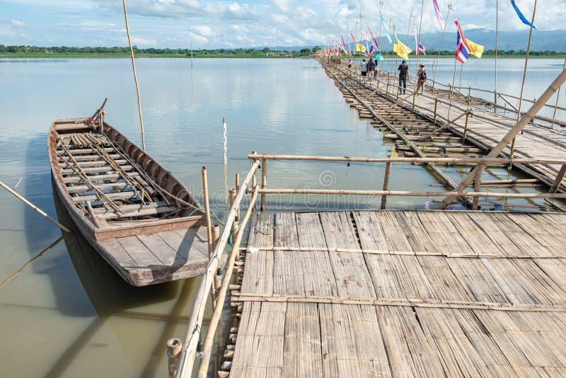 ФАЯО, ТАИЛАНД - 2 июня 2017 г.: Мост бамбука в озере Кван Пхаяо стоковые изображения