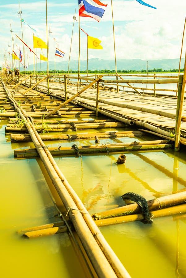ФАЯО, ТАИЛАНД - 2 июня 2017 г.: Мост бамбука в озере Кван Пхаяо стоковое фото